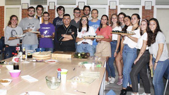 Residentes en taller de sushi