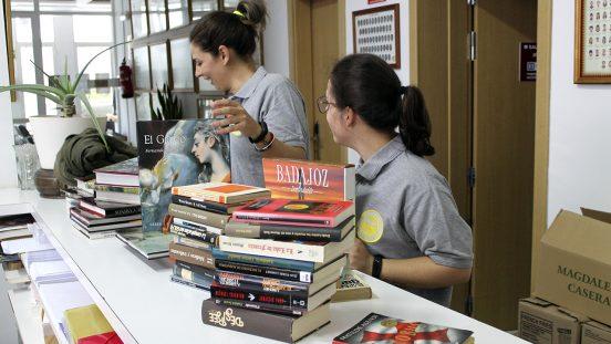 Carmen y Vanesa trabajando en la campaña de recogida de libros