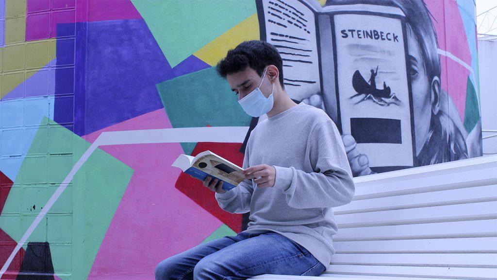 Mario Fuentes leyendo en el jardín de la RUCAB