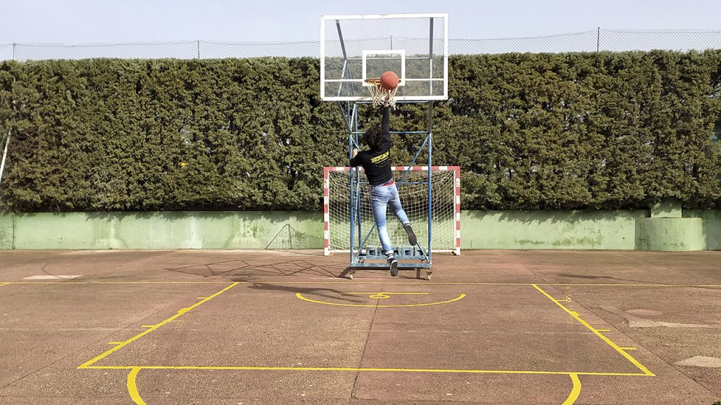César Fernández juega a baloncesto