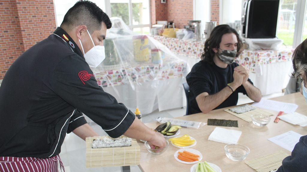 Carlos Lévano enseñando sushi