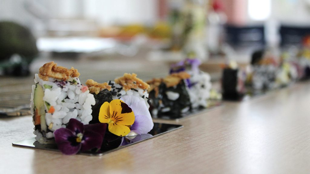 Flores comestibles en el taller de sushi
